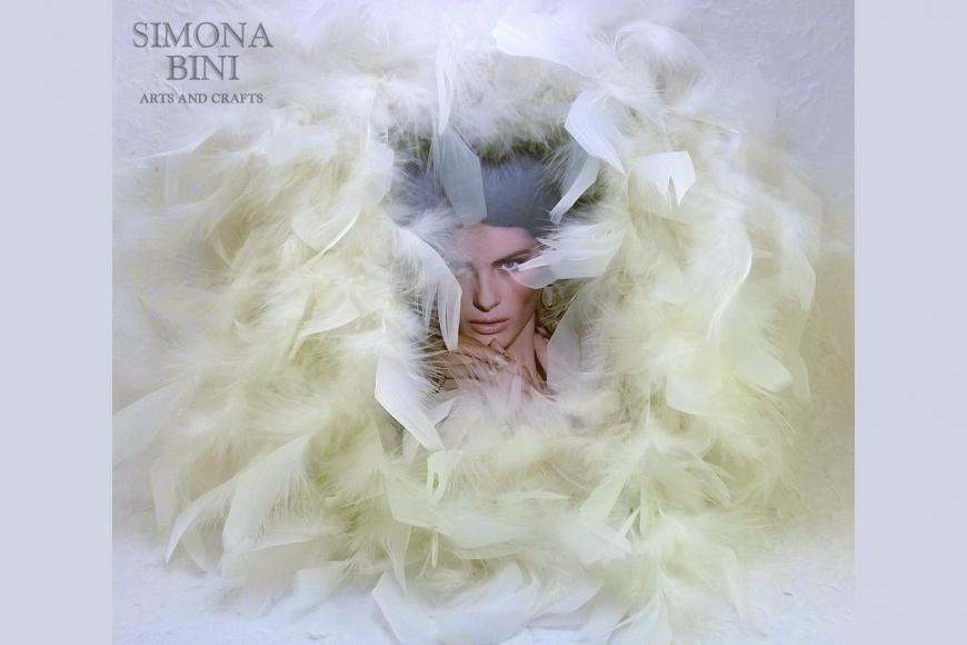 Cornice con piume bianche – White feather frame