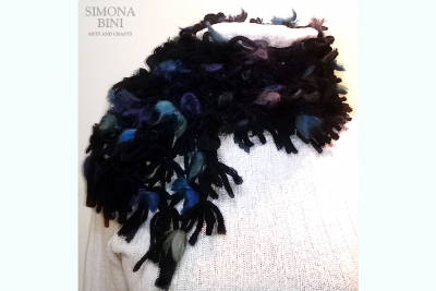 Sciarpa nera con fiocchetti blu –  Black scarf with blue bows