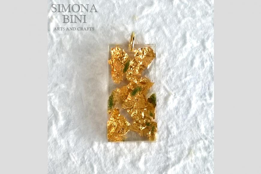 Ciondolo in resina con foglia oro – Resin pendant with gold leaf
