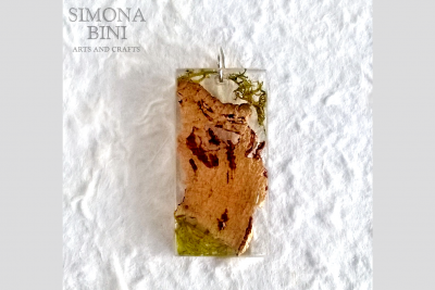 Ciondolo in resina con sughero e muschio – Resin pendant with cork and moss