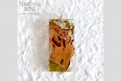 Ciondolo in resina con sughero e muschio – Resin pendant with cork and moss