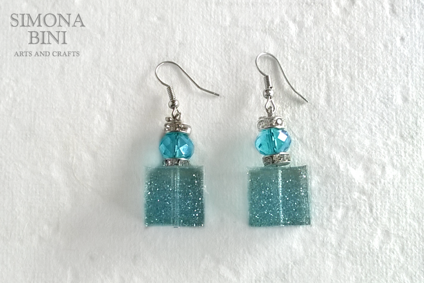 Orecchini in resina con glitter azzurri – Resin earrings with blu glitter