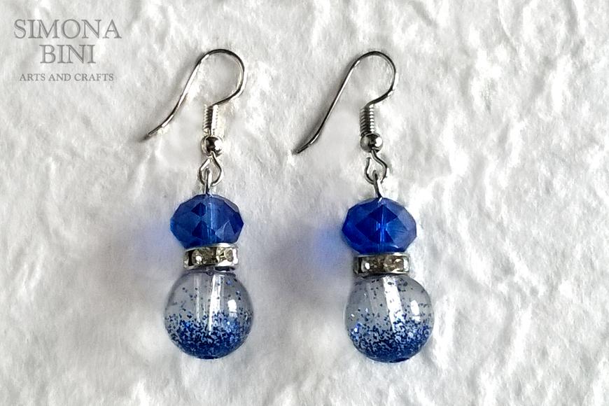 Orecchini in resina con glitter blu – Resin earrings with blu glitter