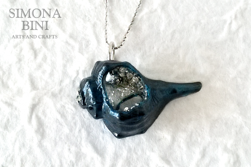 GIOIELLI VENUTI DAL MARE – Ciondolo conchiglia blu – Blu shell pendant