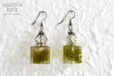 Orecchini in resina con muschio – Resin earrings with moss