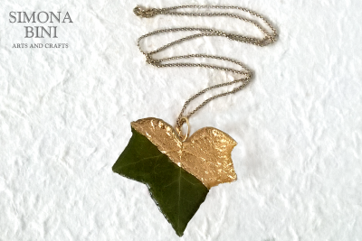 Ciondolo in resina con foglia d'edera e foglia oro – Resin pendant with ivy leaf and gold leaf