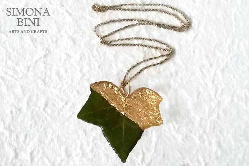 Ciondolo in resina con foglia d'edera e foglia oro – Resin pendant with ivy leaf and gold leaf