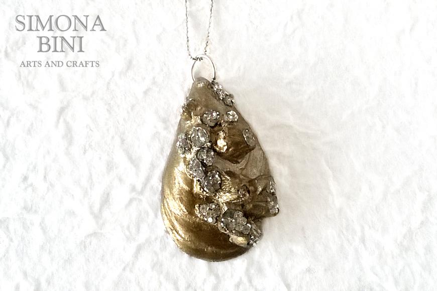 GIOIELLI VENUTI DAL MARE – Ciondolo cozza oro – Gold shell pendant