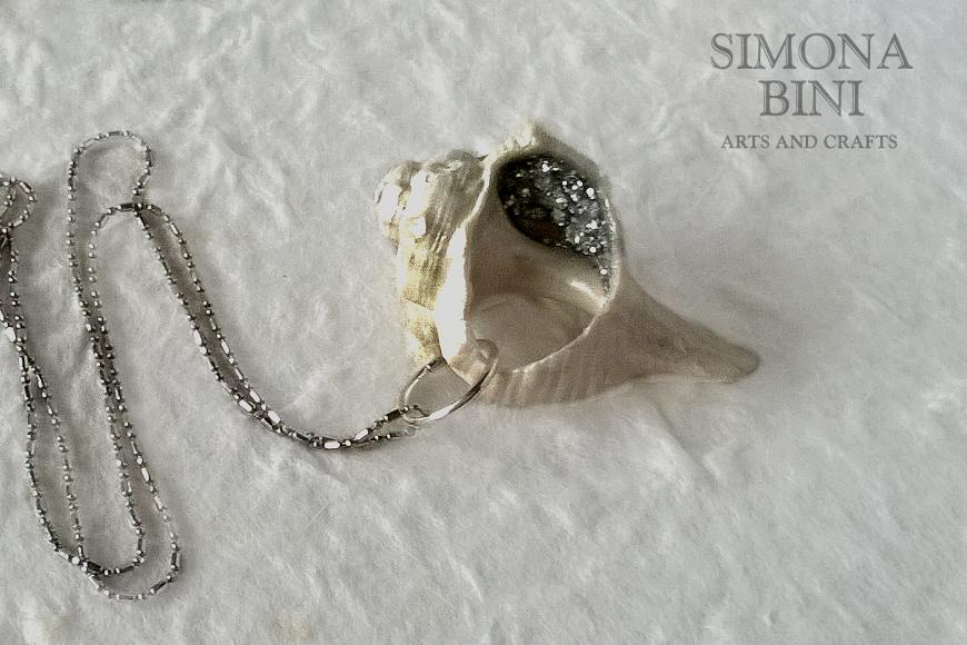 GIOIELLI VENUTI DAL MARE – Ciondolo bianco con strass – White pendant from the sea with strass