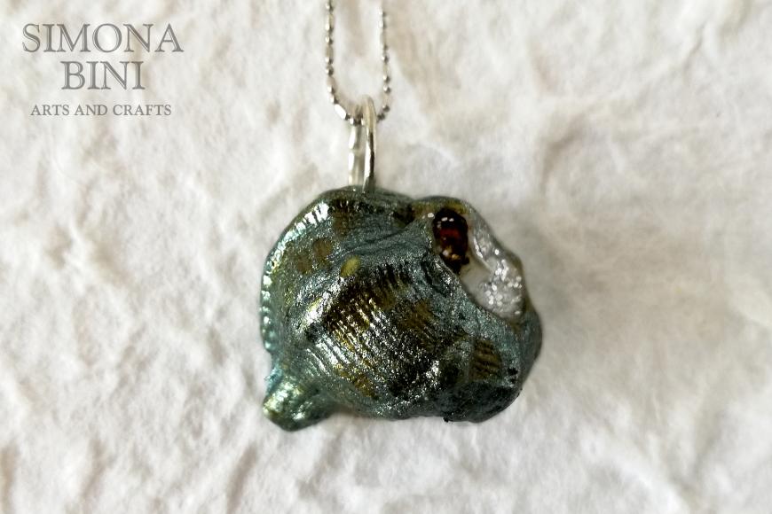GIOIELLI VENUTI DAL MARE – Ciondolo di conchiglia verde militare e argento – Military green and silver shell pendant