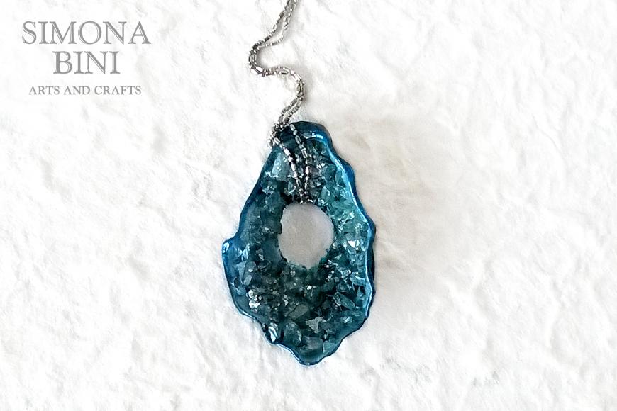 GIOIELLI VENUTI DAL MARE – Ciondolo di conchiglia blu con foro – Blue shell pendant