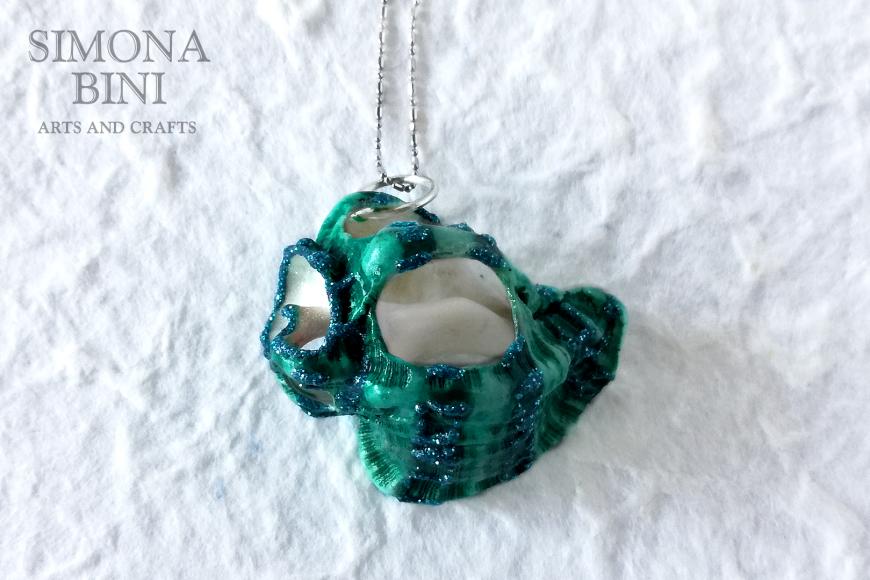 GIOIELLI VENUTI DAL MARE – Ciondolo di conchiglia verde acqua con glitter – Green water with glitter shell pendant