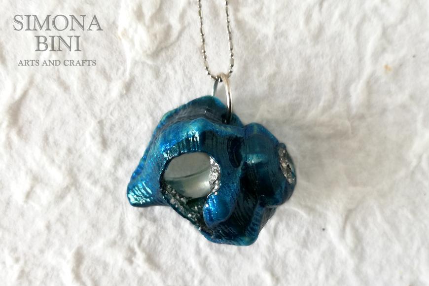 GIOIELLI VENUTI DAL MARE – Ciondolo di conchiglia blu – Blue shell pendant
