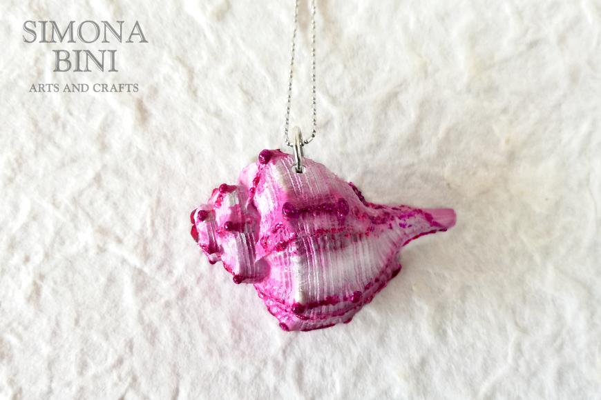 GIOIELLI VENUTI DAL MARE – Ciondolo di conchiglia rosa-fucsia – Pink shell pendant