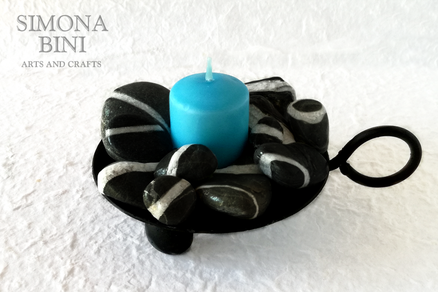 Candela azzurra con sassi neri – Blue candle with black stones