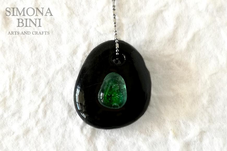 GIOIELLI VENUTI DAL MARE – Sasso nero con vetrino verde – Black stone with green glass