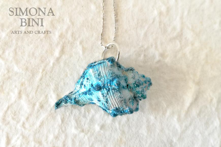 GIOIELLI VENUTI DAL MARE – Ciondolo di conchiglia azzurra – Blu shell pendant