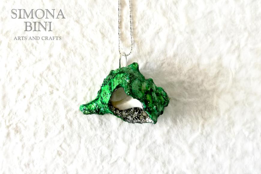 GIOIELLI VENUTI DAL MARE – Ciondolo di conchiglia verde – Green shell pendant
