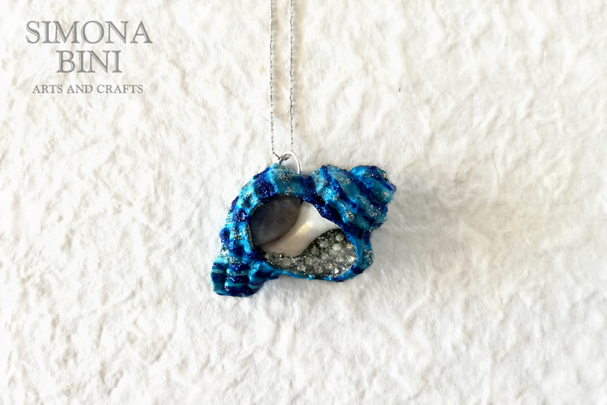 GIOIELLI VENUTI DAL MARE – Ciondolo di conchiglia azzurro blu a righe – Blu shell pendant