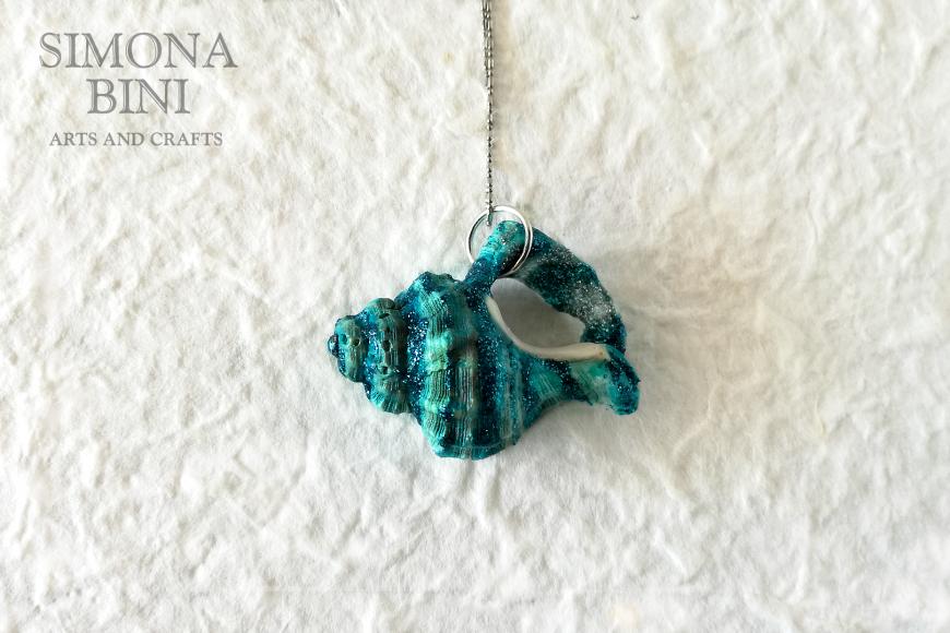 GIOIELLI VENUTI DAL MARE – Ciondolo di conchiglia turchese a righe – Turquoise shell pendant