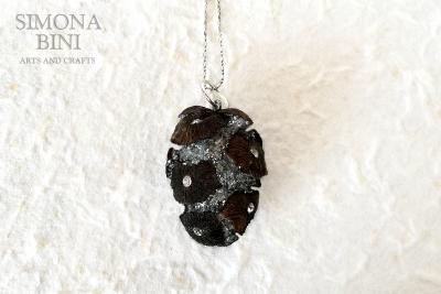 Una pigna gioiello – A pinecone jewel