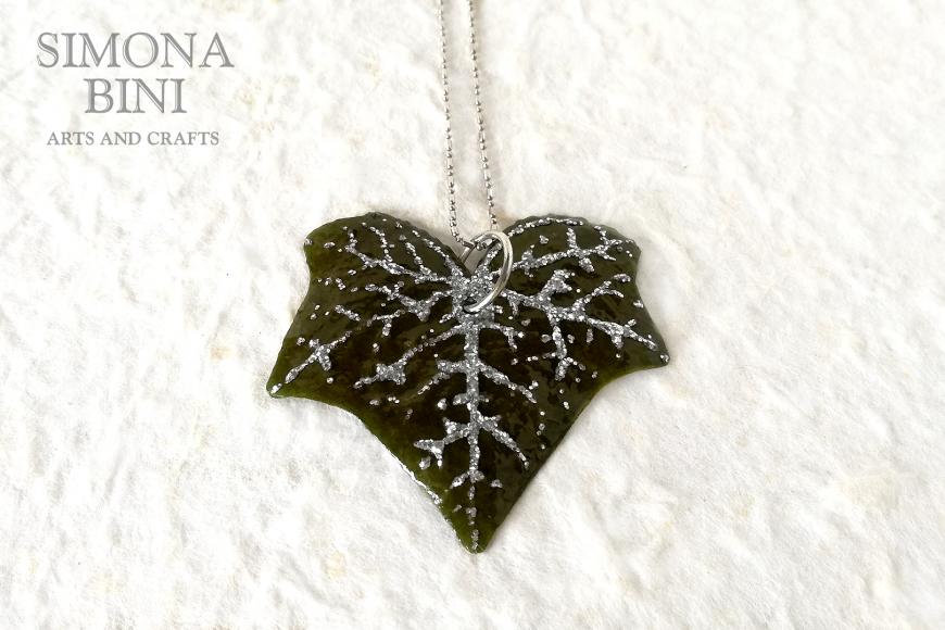 Una foglia di edera si trasforma in un gioiello – An ivy leaf turns into a jewel
