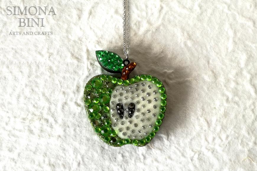 Ciondolo con mela in legno decorata con strass verdi – Wood pendant