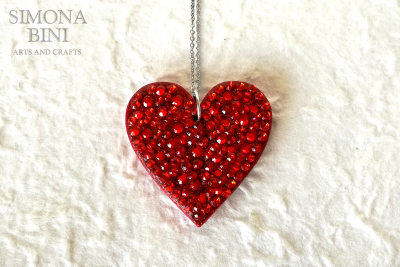 Ciondolo con cuore in legno decorato con strass rossi – Red wood pendant
