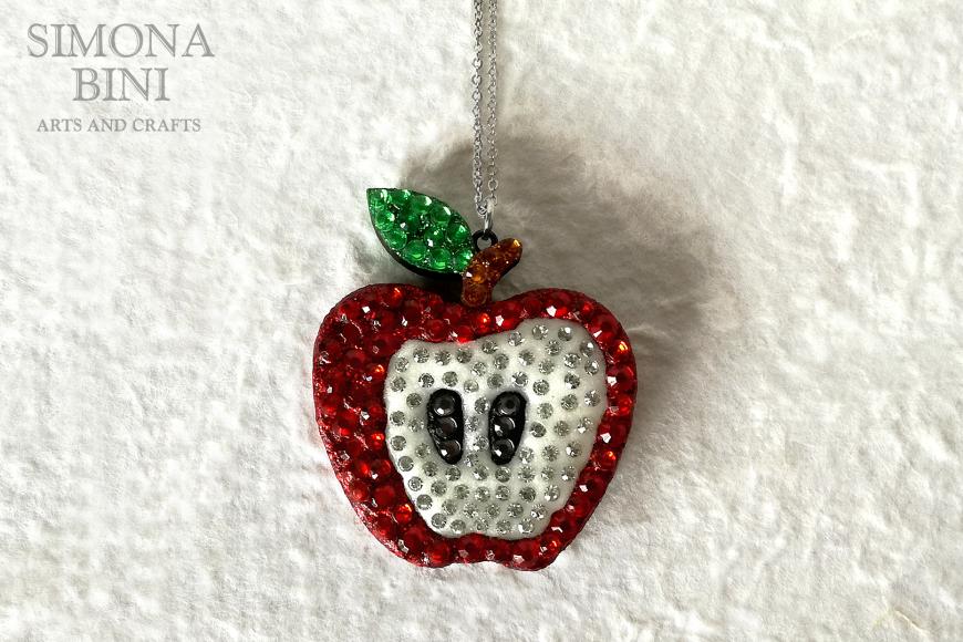 Ciondolo con mela in legno decorata con strass rossi – Wood pendant