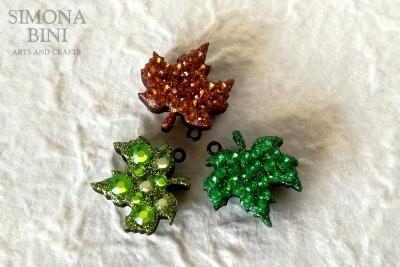 Ciondoli con foglioline in legno decorate con strass – Wood pendant
