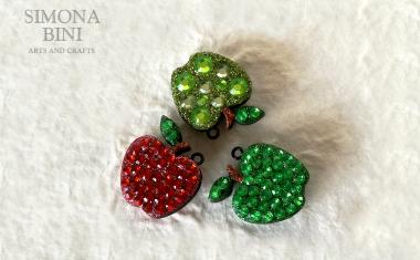 Ciondoli con meline in legno decorate con strass – Wood pendant