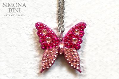 Ciondolo con farfalla in legno rosa – Wood pendant