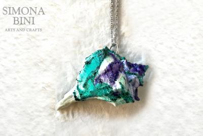 GIOIELLI VENUTI DAL MARE – Ciondolo di conchiglia verde acqua viola e glitter – Green and violet shell pendant