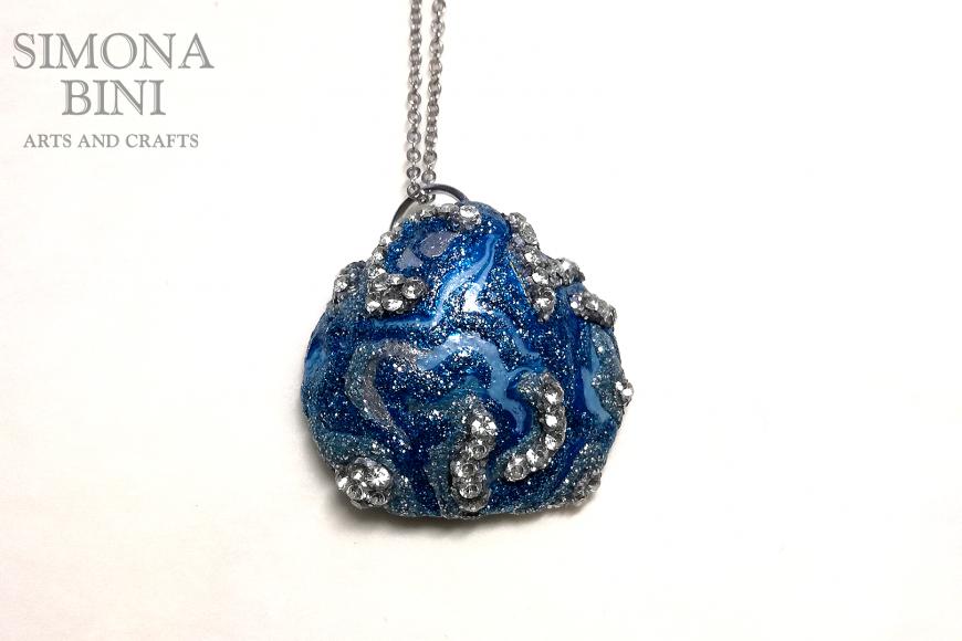 GIOIELLI VENUTI DAL MARE – Ciondolo di conchiglia argento e blu – Silver and blue shell pendant