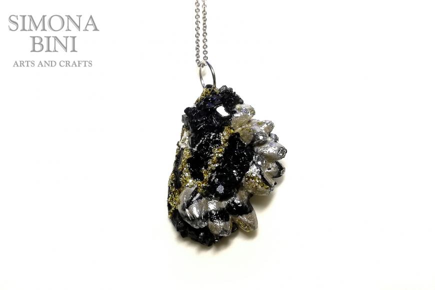 GIOIELLI VENUTI DAL MARE – Ciondolo di cozza nera e oro – Black and gold shell pendant