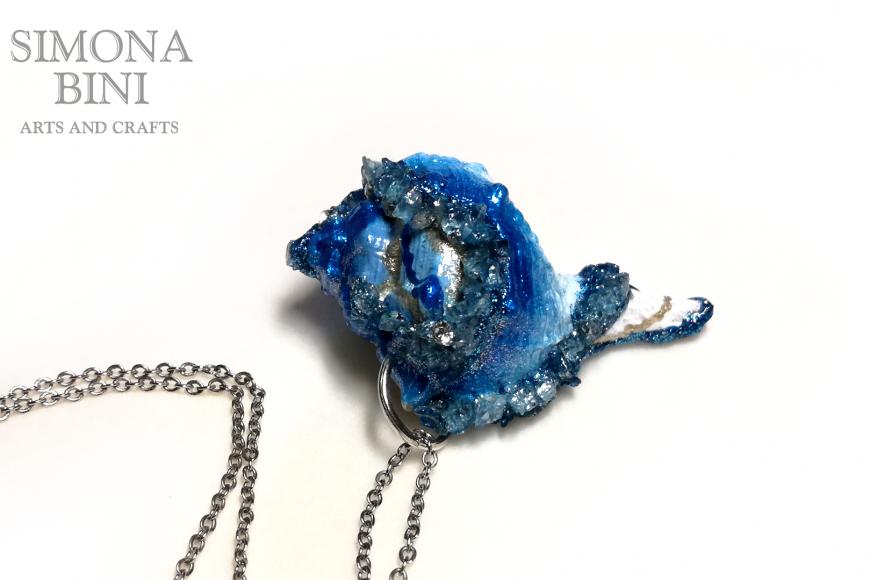 GIOIELLI VENUTI DAL MARE – Ciondolo di conchiglia azzurro blu – Blue shell pendant