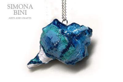 GIOIELLI VENUTI DAL MARE – Ciondolo di conchiglia azzurro celeste – Blue shell pendant
