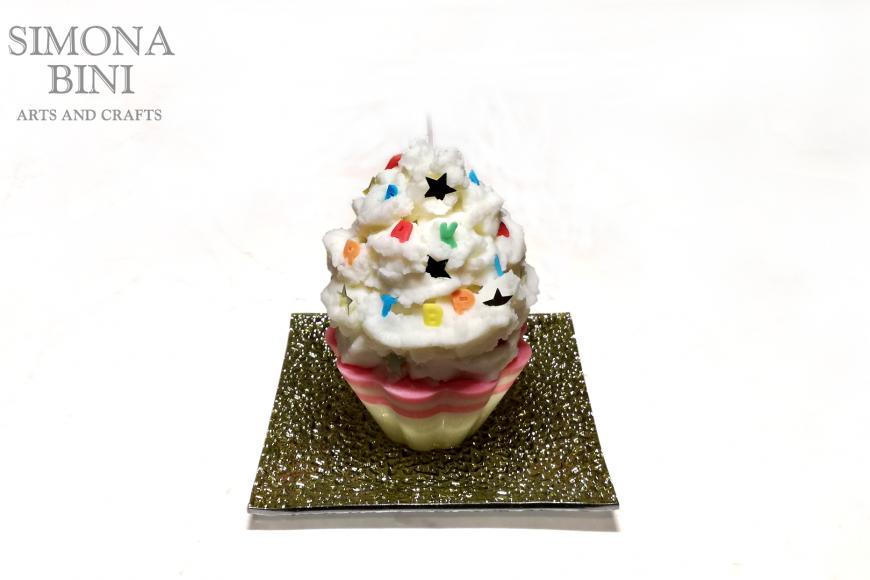 Una candela cupcake bianca con lettere – White cupcake candle